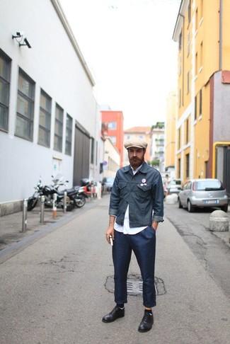 Combinar una chaqueta vaquera en gris oscuro: Ponte una chaqueta vaquera en gris oscuro y un pantalón chino azul marino para conseguir una apariencia relajada pero elegante. Completa tu atuendo con zapatos derby de cuero negros para mostrar tu inteligencia sartorial.