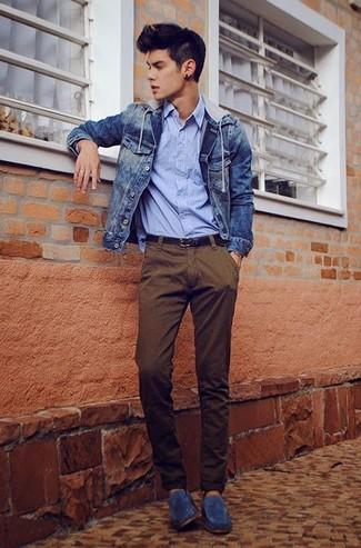 Cómo combinar: mocasín de ante azul marino, pantalón chino marrón, camisa de manga larga de rayas verticales celeste, chaqueta vaquera azul