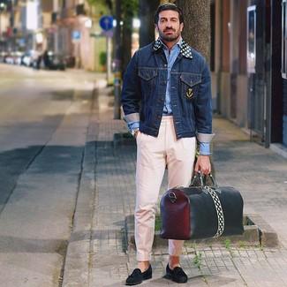Cómo combinar: mocasín con borlas de ante negro, pantalón chino rosado, camisa de manga larga celeste, chaqueta vaquera azul marino