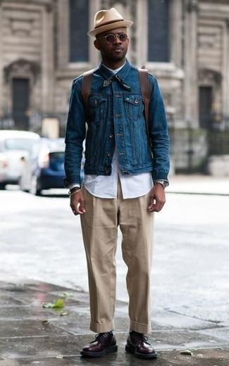 Combinar una chaqueta vaquera azul: Equípate una chaqueta vaquera azul con un pantalón chino marrón claro para lidiar sin esfuerzo con lo que sea que te traiga el día. Completa tu atuendo con zapatos derby de cuero morado oscuro para mostrar tu inteligencia sartorial.
