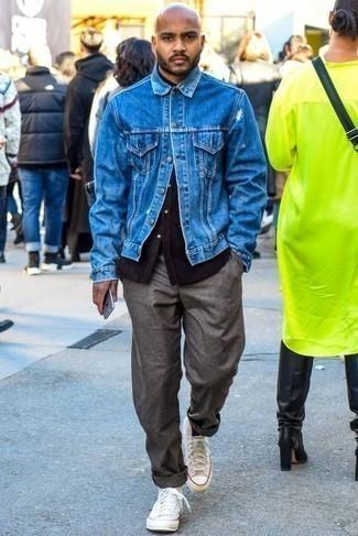 Combinar unas zapatillas altas de lona blancas: Casa una chaqueta vaquera azul junto a un pantalón chino gris para lidiar sin esfuerzo con lo que sea que te traiga el día. ¿Quieres elegir un zapato informal? Haz zapatillas altas de lona blancas tu calzado para el día.