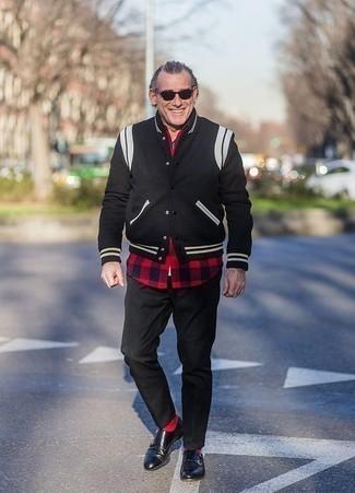 Look de moda: Zapatos con doble hebilla de cuero negros, Pantalón chino negro, Camisa de manga larga de cuadro vichy en rojo y negro, Chaqueta varsity negra
