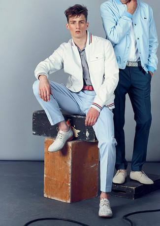 Cómo combinar: zapatos derby de cuero tejidos blancos, pantalón chino celeste, camisa de manga larga de rayas horizontales gris, chubasquero blanco