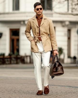 Cómo combinar: mocasín con borlas de ante en marrón oscuro, pantalón chino de lino blanco, camisa de manga larga en tabaco, gabardina de lino marrón claro