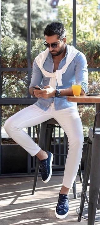 Cómo combinar: tenis de lona azul marino, pantalón chino blanco, camisa de manga larga de seersucker celeste, jersey con cuello circular blanco