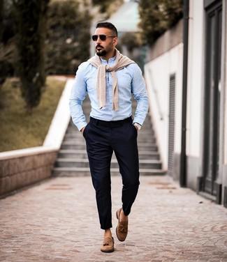 Cómo combinar: mocasín con borlas de ante marrón, pantalón chino azul marino, camisa de manga larga celeste, jersey con cuello circular en beige