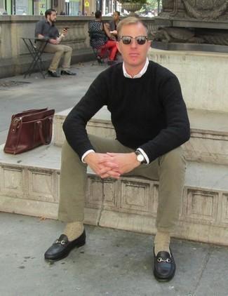 Combinar un mocasín de cuero negro: Elige un jersey con cuello circular negro y un pantalón chino verde oliva para cualquier sorpresa que haya en el día. Con el calzado, sé más clásico y opta por un par de mocasín de cuero negro.