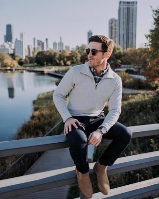 Cómo combinar: botines chelsea de ante marrónes, pantalón chino negro, camisa de manga larga de tartán en negro y blanco, jersey de cuello alto con cremallera gris
