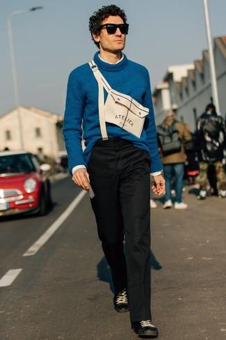 Cómo combinar: tenis de cuero negros, pantalón chino negro, camisa de manga larga blanca, jersey de cuello alto de lana en verde azulado
