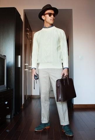 Outfits hombres: Empareja un jersey de ochos blanco con un pantalón chino en beige para un look diario sin parecer demasiado arreglada. Elige un par de zapatos brogue de ante en verde azulado para mostrar tu inteligencia sartorial.
