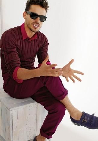 Cómo combinar: mocasín de cuero en violeta, pantalón chino burdeos, camisa de manga larga roja, jersey de pico burdeos
