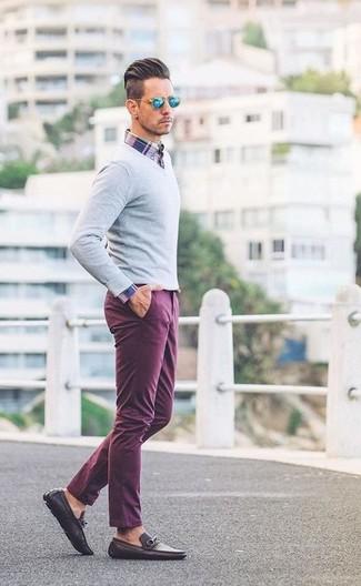 Combinar un pantalón chino morado: Para un atuendo que esté lleno de caracter y personalidad considera emparejar un jersey de pico gris junto a un pantalón chino morado. Dale un toque de elegancia a tu atuendo con un par de mocasín de cuero en marrón oscuro.
