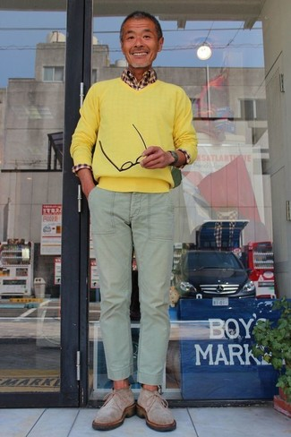 Cómo combinar: botas safari de ante grises, pantalón chino en verde menta, camisa de manga larga de cuadro vichy marrón, jersey de pico amarillo