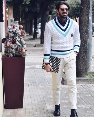 Cómo combinar: zapatos derby de cuero negros, pantalón chino blanco, camisa de manga larga de cambray azul, jersey de pico en zig zag blanco