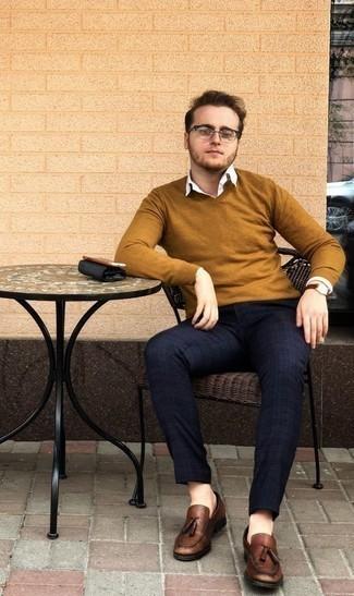 Outfits hombres en primavera 2021: Intenta ponerse un jersey de pico en tabaco y un pantalón chino de tartán azul marino para un almuerzo en domingo con amigos. ¿Te sientes valiente? Opta por un par de mocasín con borlas de cuero marrón. ¿En busca de un look primaveral? No tiene que buscar  más : este es el look ideal.