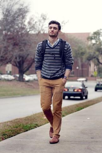 Outfits hombres en primavera 2021: Elige un jersey de pico de rayas horizontales en azul marino y blanco y un pantalón chino marrón claro para un almuerzo en domingo con amigos. Complementa tu atuendo con mocasín de cuero en tabaco. Un atuendo exitoso para llevarlo en jornadas en primavera.