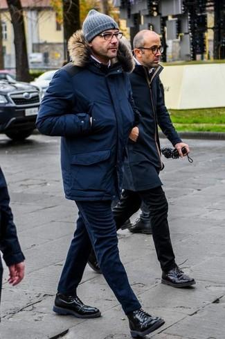 Combinar un pantalón chino azul marino en invierno 2020: Opta por una parka azul marino y un pantalón chino azul marino para una vestimenta cómoda que queda muy bien junta. Activa tu modo fiera sartorial y haz de botas casual de cuero negras tu calzado. Si tu buscas un look invernal, este es para ti.