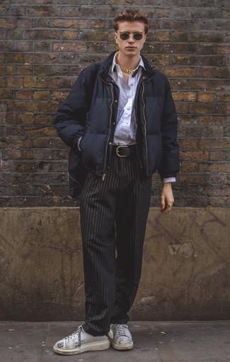 Combinar un plumífero azul marino: Elige un plumífero azul marino y un pantalón chino de rayas verticales negro para lograr un look de vestir pero no muy formal. ¿Quieres elegir un zapato informal? Opta por un par de tenis de cuero blancos para el día.
