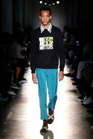 Cómo combinar: sandalias de lona amarillas, pantalón chino en turquesa, camisa de manga larga de rayas verticales en blanco y negro, sudadera estampada negra