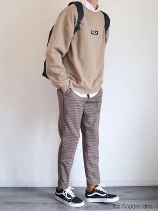 Outfits hombres: Ponte una sudadera marrón claro y un pantalón chino a cuadros marrón para cualquier sorpresa que haya en el día. Tenis de lona en negro y blanco son una opción incomparable para complementar tu atuendo.