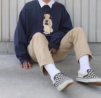 Outfits hombres: Intenta combinar una sudadera estampada azul marino con un pantalón chino marrón claro para una vestimenta cómoda que queda muy bien junta. Zapatillas slip-on de lona a cuadros en negro y blanco son una opción inmejorable para completar este atuendo.