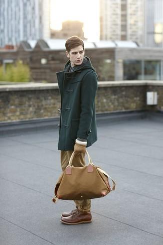Cómo combinar: botas casual de cuero marrónes, pantalón chino marrón claro, camisa de manga larga a cuadros azul marino, trenca verde oscuro