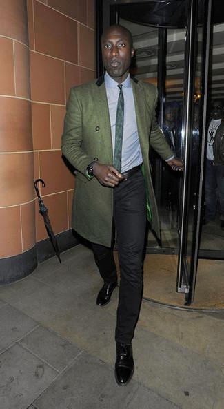 Cómo combinar: zapatos oxford de cuero negros, pantalón chino negro, camisa de vestir celeste, abrigo largo verde oscuro