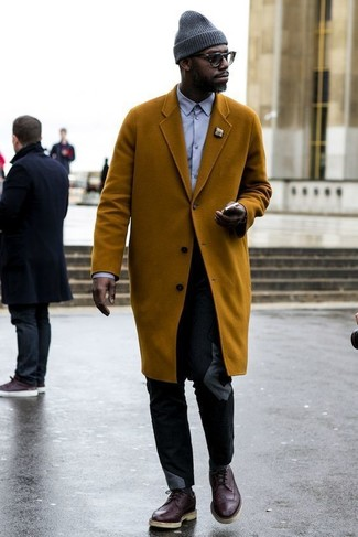 Cómo combinar: zapatos brogue de cuero en marrón oscuro, pantalón chino negro, camisa de vestir violeta claro, abrigo largo en tabaco
