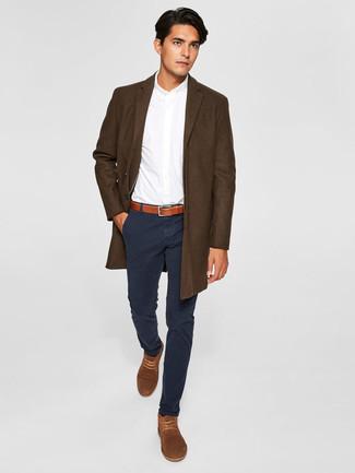 Cómo combinar: botas safari de ante marrónes, pantalón chino negro, camisa de vestir blanca, abrigo largo en marrón oscuro