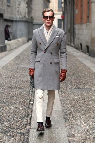 Cómo combinar: mocasín de cuero en marrón oscuro, pantalón chino en beige, camisa de vestir celeste, abrigo largo gris