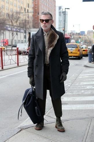 Combinar una mochila de lona azul marino: Mantén tu atuendo relajado con un abrigo largo en gris oscuro y una mochila de lona azul marino. Con el calzado, sé más clásico y opta por un par de botas casual de ante verde oscuro.