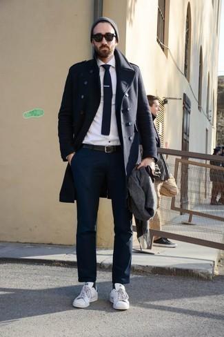 Combinar una corbata: Haz de un abrigo largo azul marino y una corbata tu atuendo para rebosar clase y sofisticación. ¿Te sientes valiente? Completa tu atuendo con tenis de cuero blancos.
