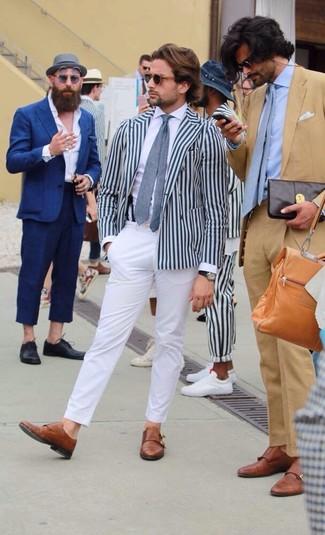 Cómo combinar: zapatos con doble hebilla de cuero marrónes, pantalón chino blanco, camisa de vestir blanca, blazer cruzado de rayas verticales en blanco y azul marino