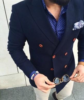 Cómo combinar: pañuelo de bolsillo de paisley violeta claro, pantalón chino blanco, camisa de vestir a lunares azul, blazer cruzado de lana azul marino