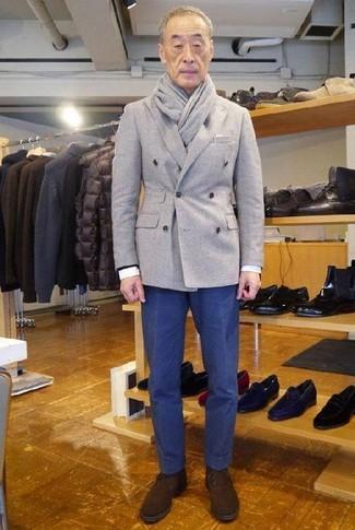 Cómo combinar: botas safari de ante en marrón oscuro, pantalón chino azul marino, camisa de vestir blanca, blazer cruzado de lana gris