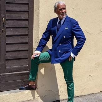 Cómo combinar: zapatos derby de cuero en marrón oscuro, pantalón chino verde, camisa de vestir blanca, blazer cruzado azul