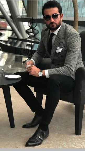 Cómo combinar: zapatos con doble hebilla de cuero negros, pantalón chino negro, camisa de vestir blanca, blazer cruzado de tartán gris