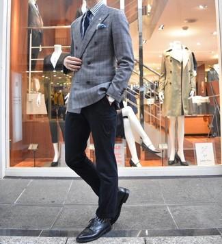 Cómo combinar: zapatos derby de cuero negros, pantalón chino negro, camisa de vestir de rayas verticales en blanco y azul, blazer cruzado de tartán gris