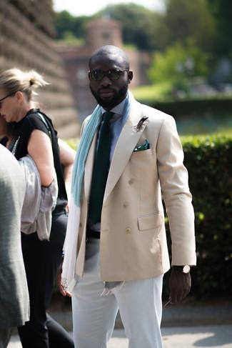 Combinar un blazer cruzado en beige estilo casual elegante: Empareja un blazer cruzado en beige con un pantalón chino blanco para lograr un look de vestir pero no muy formal.