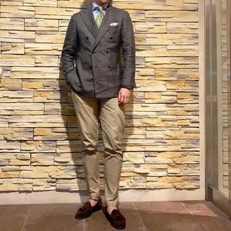 Cómo combinar: mocasín con borlas de ante en marrón oscuro, pantalón chino marrón claro, camisa de vestir celeste, blazer cruzado en marrón oscuro