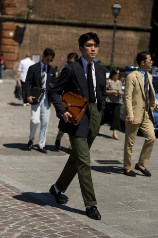 Combinar un portafolio de cuero marrón: Intenta combinar un blazer cruzado negro con un portafolio de cuero marrón para cualquier sorpresa que haya en el día. ¿Te sientes valiente? Opta por un par de mocasín de cuero negro.