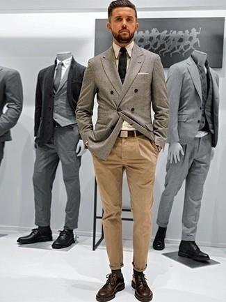 Combinar una camisa de vestir en beige: Una camisa de vestir en beige y un pantalón chino marrón claro son una gran fórmula de vestimenta para tener en tu clóset. ¿Te sientes valiente? Opta por un par de zapatos derby de cuero en marrón oscuro.