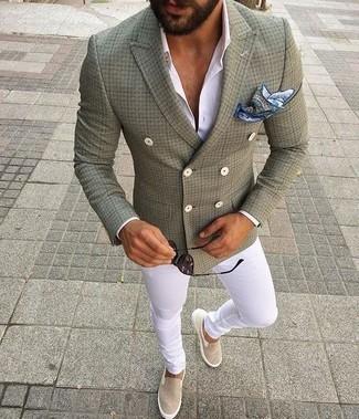 Combinar un blazer cruzado verde oliva: Ponte un blazer cruzado verde oliva y un pantalón chino blanco para lograr un look de vestir pero no muy formal. Si no quieres vestir totalmente formal, usa un par de zapatillas slip-on de lona en beige.
