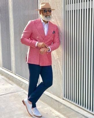Combinar un pañuelo de bolsillo estampado azul marino: Para un atuendo que esté lleno de caracter y personalidad equípate un blazer cruzado rosa junto a un pañuelo de bolsillo estampado azul marino. Con el calzado, sé más clásico y opta por un par de zapatos derby de cuero blancos.