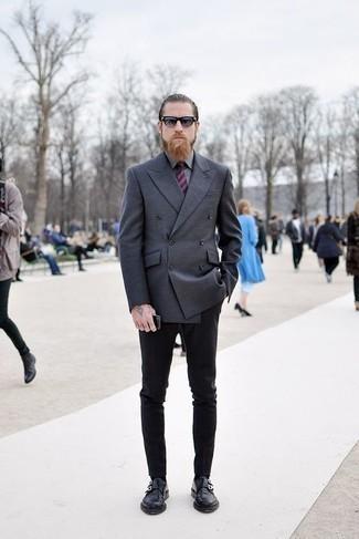 Combinar una camisa de vestir gris: Casa una camisa de vestir gris junto a un pantalón chino negro para el after office. Complementa tu atuendo con zapatos con doble hebilla de cuero negros para mostrar tu inteligencia sartorial.