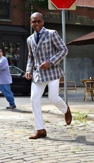 Combinar una camisa de vestir celeste: Intenta ponerse una camisa de vestir celeste y un pantalón chino blanco para las 8 horas. Completa tu atuendo con mocasín de cuero marrón para mostrar tu inteligencia sartorial.