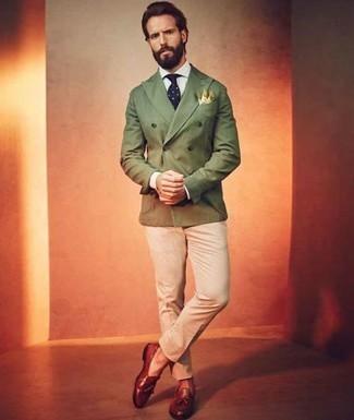 Combinar un blazer cruzado verde oliva: Casa un blazer cruzado verde oliva junto a un pantalón chino en beige para lograr un look de vestir pero no muy formal. ¿Te sientes valiente? Elige un par de mocasín con borlas de cuero en tabaco.