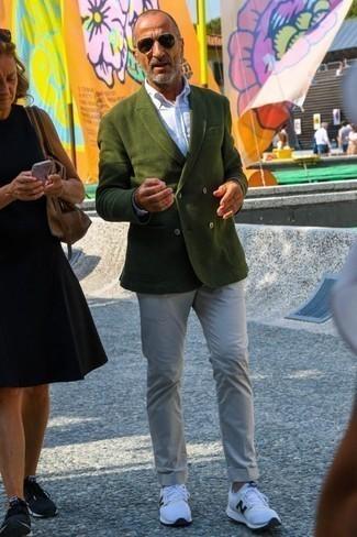 Combinar un blazer cruzado verde oliva: Empareja un blazer cruzado verde oliva junto a un pantalón chino en beige para las 8 horas. Si no quieres vestir totalmente formal, opta por un par de deportivas en blanco y negro.