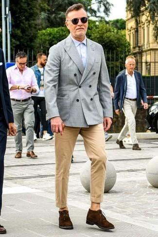 Combinar un pantalón chino con unas botas safari: Equípate un blazer cruzado gris con un pantalón chino para crear un estilo informal elegante. Mezcle diferentes estilos con botas safari.