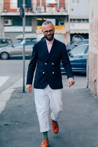 Combinar un blazer cruzado azul marino: Si buscas un estilo adecuado y a la moda, ponte un blazer cruzado azul marino y un pantalón chino blanco. Con el calzado, sé más clásico y haz zapatos derby de cuero en tabaco tu calzado.